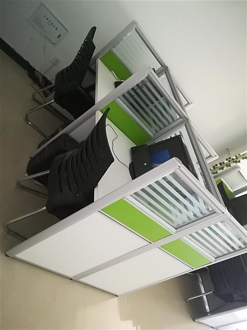 四人位办公桌500元一套;椅子60一把;新买的,用不到了;