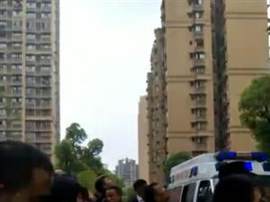 突发!富顺县城西城国际二期一女孩坠楼身亡。