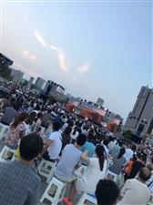 咸阳湖举办歌唱比赛,人山人海啊。