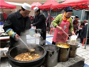 小区院子里邻居们围在一起吃大锅萝卜菜太香