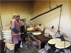 张家川人的早餐,一划子瓷实锅盔下茶
