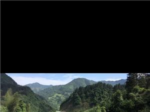 蓝天白云下,美丽山谷之间环绕着乡村小路,