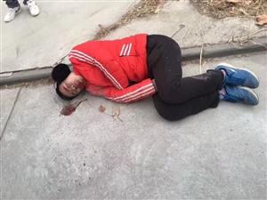 滨州一男孩街头癫痫发作晕倒,急寻家属!