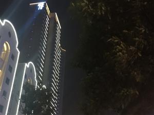 除夕夜的荆门城,忧伤与寒冷已被圈入黑夜,