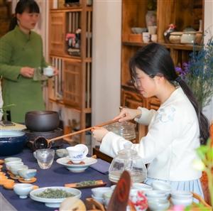 """清幽淡雅环境,一杯好茶香四溢。茶可净心,茶可致静。约在""""均陵荟馆"""",品茶交友,慢慢地品味,品出茶的"""