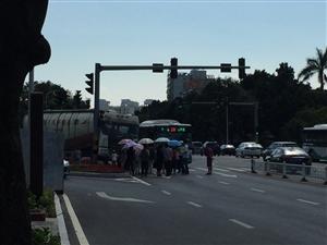 珠海市银桦路红灯处,一台大型珠海市银桦路红灯处,一台大型运输车撞向公共汽车,无严重受伤情况。