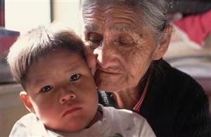 为什么现在很多不是爷爷奶奶带孩子而是外公外婆呢?答案很现实!
