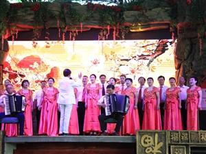 《弦之韵艺术合唱团》莫笑冰霜侵鬓发,红歌曲曲赛当年。