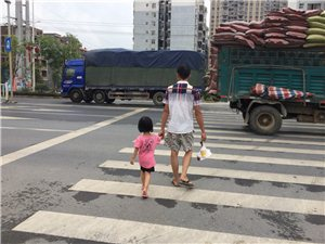 父亲的背影,当你长大后,你愿意这样牵着你的父亲吗???