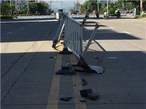 南街尾靠近红绿灯,护栏被撞烂
