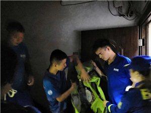 蓝天救援队帮助邻水居民摘除马蜂窝!