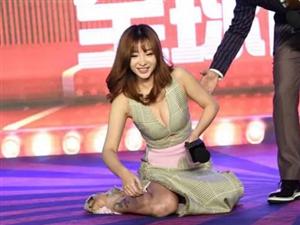 柳岩豁出去了!参加活动摔倒后当众撩起裙子,网友:太辣眼睛!