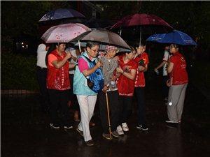 大爱啊,给志愿者点赞,暴雨中,珠海志愿者安全转移老人家!
