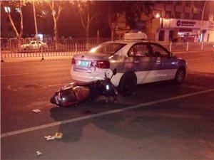 昨晚站前大街一出租车跟电动车怼一起了