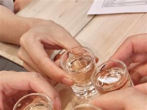 五颜六色的小酒,每次都只有看着闺蜜们在远方喝酒谈心!然后发点照片给我看!算算已经有好久好久没有聚了!