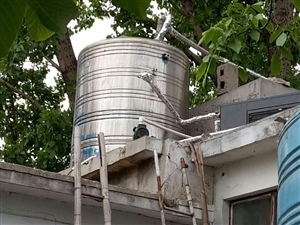 急转浴室空气能热水二手设备九成新,配备10吨不锈钢保温水箱、2吨全套集成太阳能,另外送暖气片及其他辅