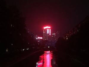 夜归,有小风习习,站在竹皮河的桥上,望着腥红片片的灯光,想起圣人说的逝者如斯,默默一笑,继续风中悠然
