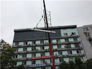 西后街在拆顶楼雨棚了?