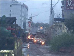 ,雨天行车,注意安全,河坝梁有车子陷入右边水沟