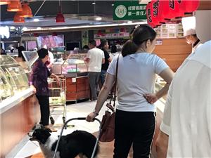 这个县里超市的龙头企业,你怎么能放狗进来封闭的公共场所呢?这位富太太,有钱的同时,素质跟上好吗?