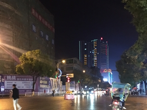 老步行街处的红绿灯更新换代了