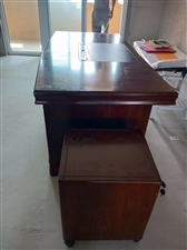 老板桌一张老板椅一个,两个单人沙发,一个三人沙发