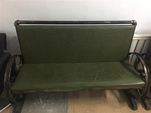 复古主题椅  一共两个  仅仅使用了半年 毫无破损 店铺装修转行  用不上了 低价出售  现价两个五...