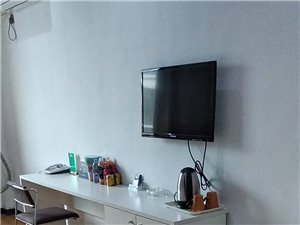 酒店装修升级。电视柜150,马桶50,床头橱20,壁画10都底价处理可小刀