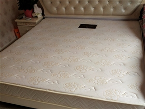 出售九成新2米*1米8床垫子。买时一千多,现价400元