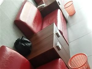 九成新咖啡厅沙发卡座一四个,办公桌两个,实木门两个,监控设备一套,安全帽防刺服大头棒一套,灭火器四个...