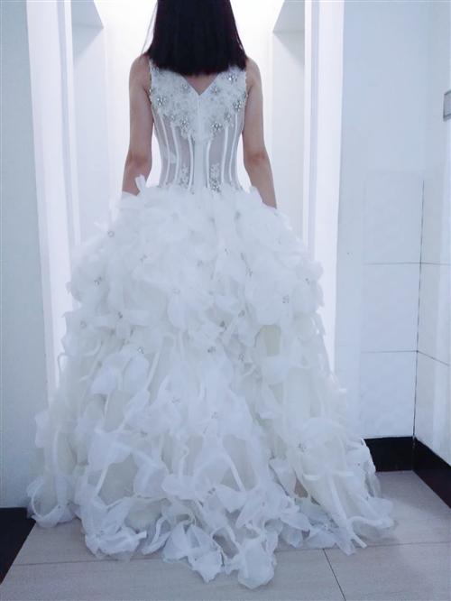朋友卖的婚纱,店面关了,想处理,一共三十件左右,有新有旧的,大家帮忙想想办法,谢谢!