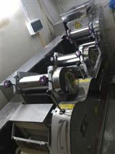 九九成新全自动面条机,可做擀面,饺子皮,热干面等,外加配套拌面机(25kg大容量),买的时候全套1....