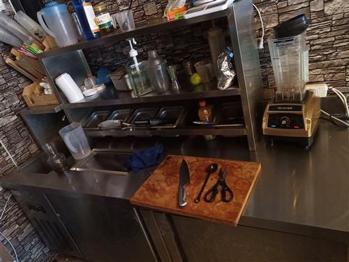 当初开奶茶店买的,花了1万3多,水吧,制冰机,冰淇淋机,展示柜,用了半年。低价转让,有需要的联系我