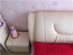 1.8??2米、床、不带床垫、两个床头柜、8-9成新!有需要的可以联系