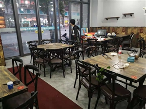 江湖菜馆不做了,处理桌椅餐具,只经营了四个月,全九成新,大桌小炒店可用,小桌面馆可用质量很好现低价卖...
