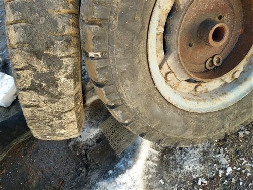 恒力三轮车车胎,三只,每个轮胎20元,带钢板,不讲价。有需要的联系我,车胎型号400--10车胎都不...