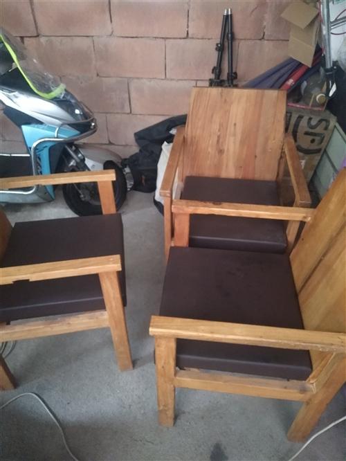 九成新的实木椅子,家里放不在,便宜出售。自提。地点鹰潭。