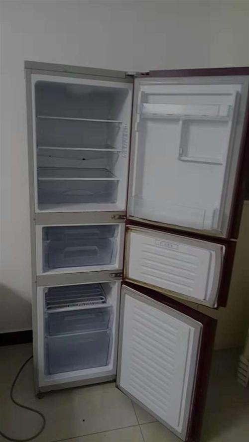 因家里雙十一買了大冰箱,所以原有家用冰箱一臺出售300元,可使用。 9成新4足浴沙發床出售,送沙發...