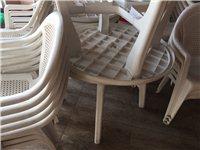 饭店用沙滩椅50一套,实木餐桌凳 300一套,多要可优惠, 另厨房抽油烟罩给钱就卖,冰展示柜,啤酒展...