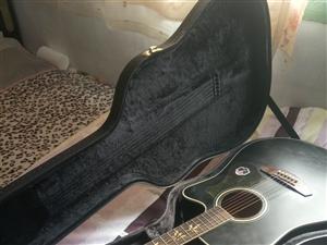 孩子买的不学了,手感特好,用了不到三个月,买时2000多元,有家里孩子学吉他的最好选择。