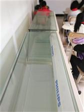 两个高档精品展示柜,九成新,明亮加厚的有机玻璃柜面。有柜锁还有柜灯。购买时两千一个,现在半价处理,有...