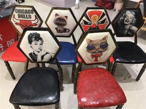 店鋪房租到期,桌子轉讓。只使用了半年9成新。椅子完好無損壞。買成一百多一根。