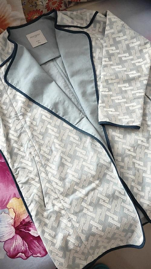 牌子衣服,真丝面料里面是薄牛仔面料,穿过一次,九成新,