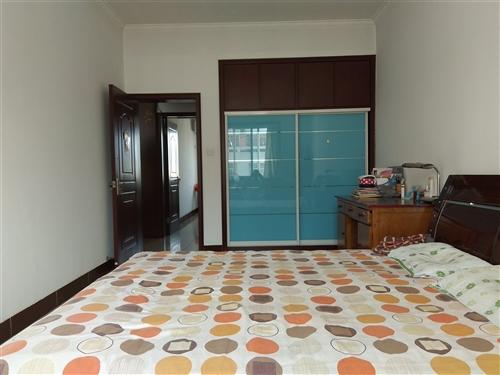 燕京花园东区131.59平楼房出售,赠送11平储藏室,一套房满五年,价格面议。