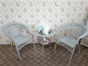一套桌椅转让,价格优惠,欢迎咨询!