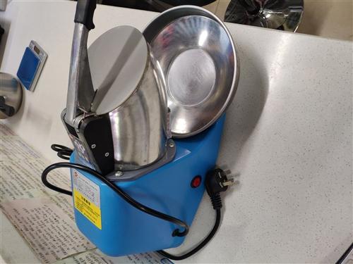碎冰机,之前开奶茶店买的,跟全新的一样,还没用几次,现在不做了,用不着了