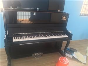 钢琴出售 ,现特价出售钢琴一台,99成新的钢琴    今年9月份买的,牌子是维也纳