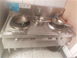 因家里有事,现处理十一月份新购置的厨具设备!双眼灶台,双槽水池,双温油炸锅,6个保温桶,6个钢桶,四...