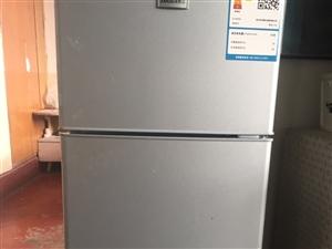 本人有一台小型冰箱 适合于一家三口或两人居住使用 九成新 因本人有事不在嘉峪关居住 现低价出售