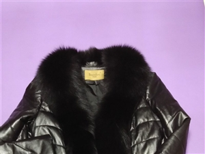 女兒給買的皮衣,只穿過一次,因個人原因不太喜歡穿,1800元買的,現低價1000元轉給喜歡穿皮衣的朋...